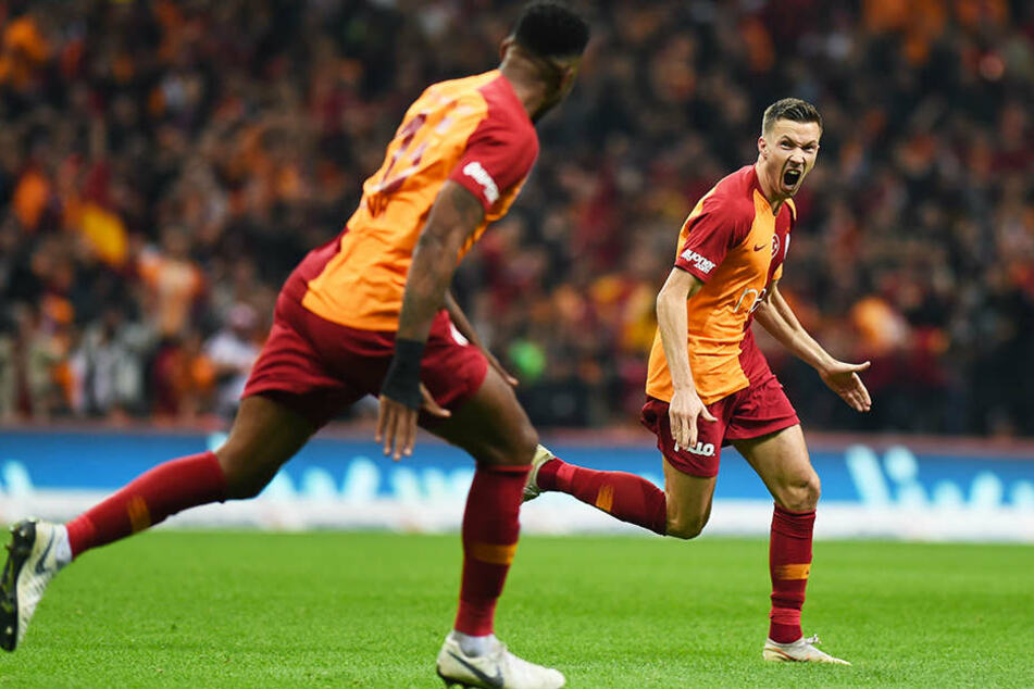 Hier war noch alles in Ordnung: Schalkes Champions-League-Gegner Galatasaray Istanbul bejubelt das zwischenzeitliche 2:0 durch Martin Linnes (r.).