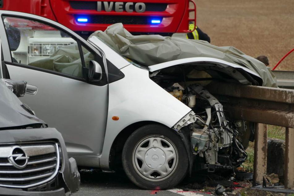 Der Mann konnte nich mehr lebend aus seinem Auto gerettet werden.