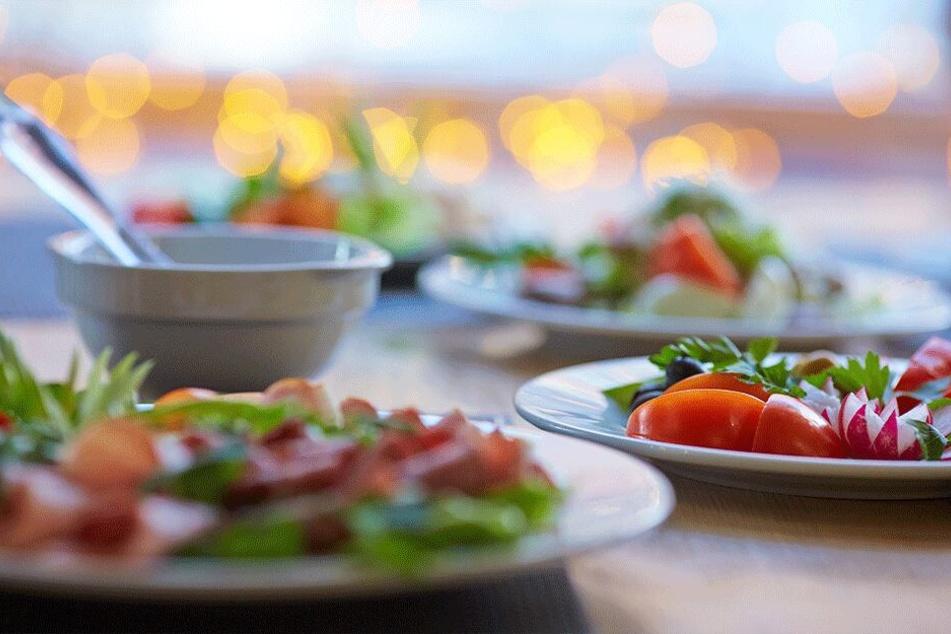 Harte Brötchen, krank aussehender Salat: Auch das Essen war furchtbar. (Symbolbild)