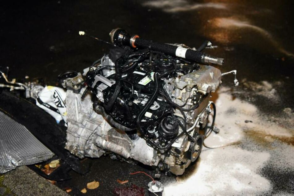 Der Motorblock riss aus dem Unfall-Auto.