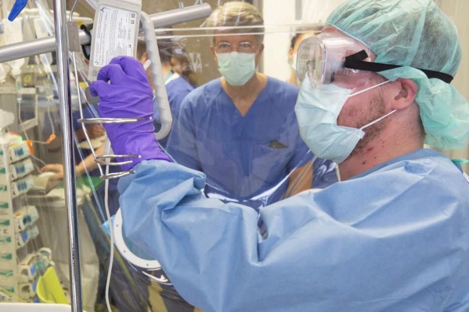 Der entscheidende Augenblick: Der erste Kymriah-Patient am UKL erhält sein in einem Speziallabor behandeltes Zellmaterial per Infusion zurück. Ein bedeutender Moment auch für Prof. Uwe Platzbecker (im Hintergrund).