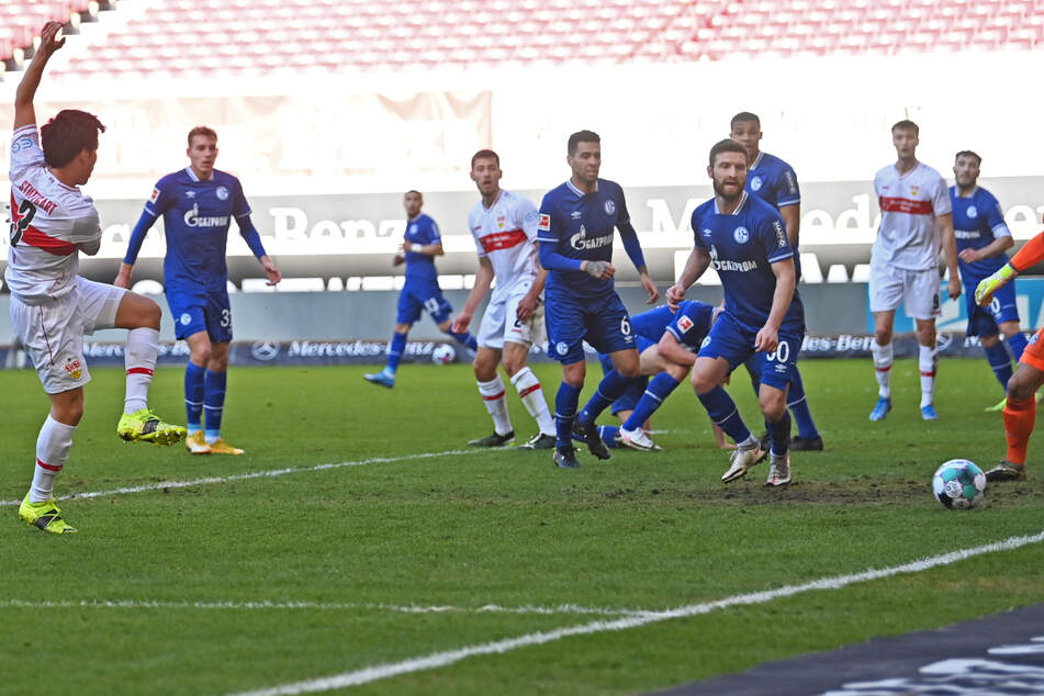Hier schießt VfB-Profi Wataru Endo (28) das 2:0 für den VfB Stuttgart.
