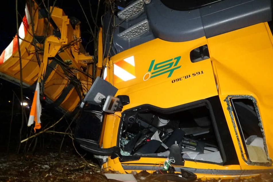 Das Fahrerhaus wurde unter der tonnenschweren Last eingedrückt.