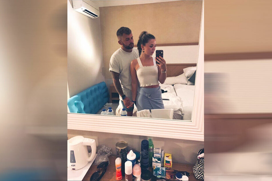 Kelsey Poole (22) und ihr Freund Elliot übersahen auf ihrem Selfie ein peinliches Detail.