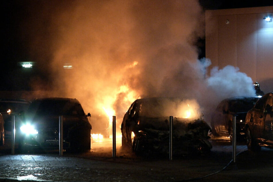 Mehrere Luxuslimousinen gingen in der Nacht von Dienstag zu Mittwoch in Leipzig in Flammen auf.
