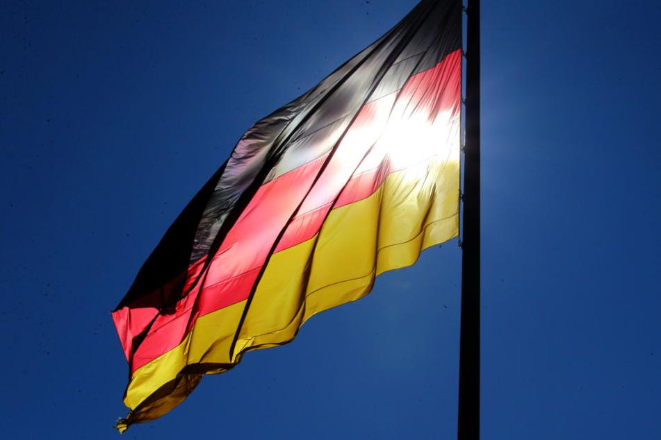 Ein Mann hat eine Deutschlandfahne zerschnitten und an seine Bürotür gehangen - um ein Zeichen zu setzen (Symbolbild).