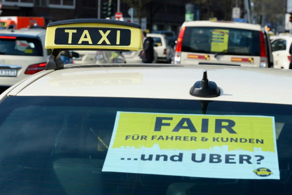 Taxi-Fahrer protestierten am Mittwoch (10. April) in Köln gegen eine Gesetzes-Änderung, die Uber und Co. den deutschen Markt leichter öffnen sollen.