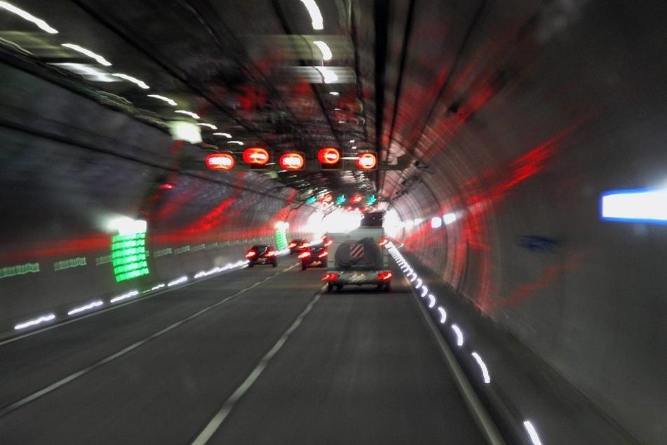 Am Tunnel Berg Bock auf der A71 krachte es am Samstag heftig (Symbolbild).