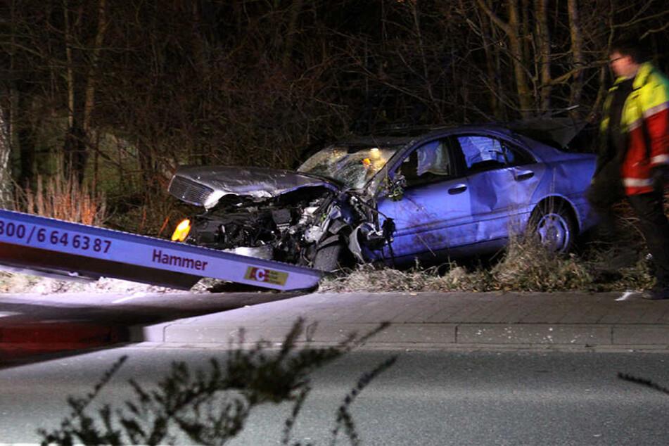 Der Mercedes-Benz wurde vom Abschleppwagen abgeholt.