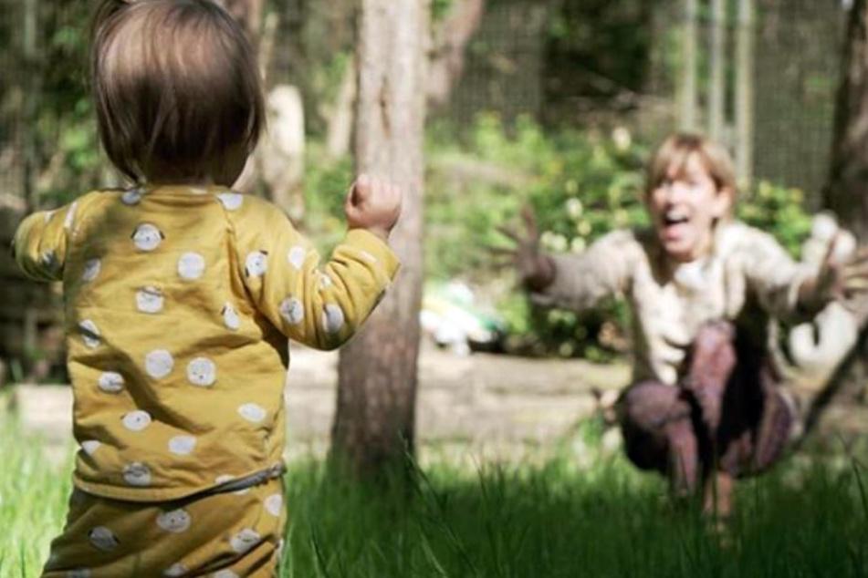 Isabell Horn ist stolz: Ihre kleine Ella kann laufen!