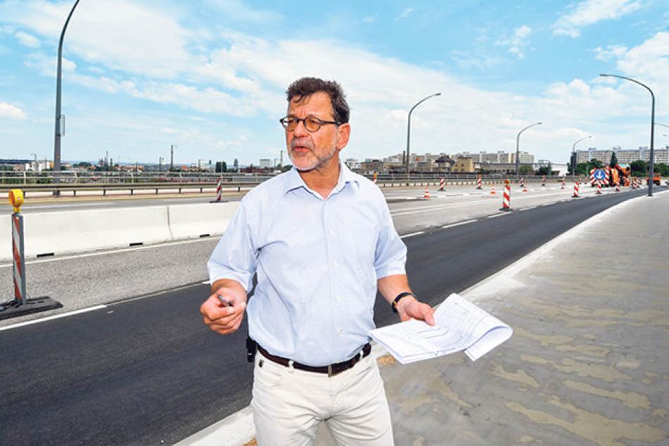 Reinhard Koettnitz (62), Chef des Straßen- und Tiefbauamtes, erklärt die  Umbauarbeiten und Umleitungen.