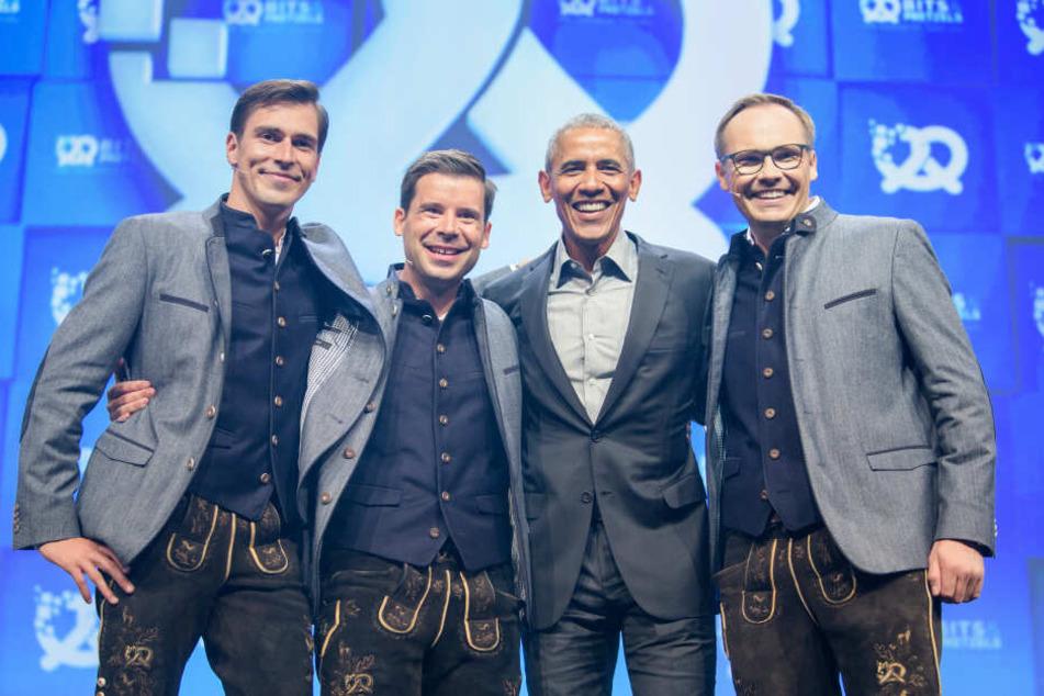 Barack Obama (2. v. r.), ehemaliger Präsident der USA, steht zwischen den Gründern Andreas Bruckschlögl (l-r), Felix Haas und Bernd Storm van's Gravesande.