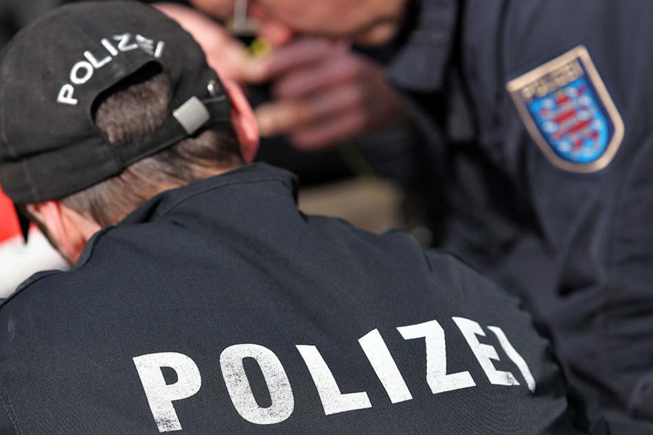 Nach dem brutalen Raubüberfall sucht die Kriminalpolizei dringend nach Zeugen. (Symbolbild)