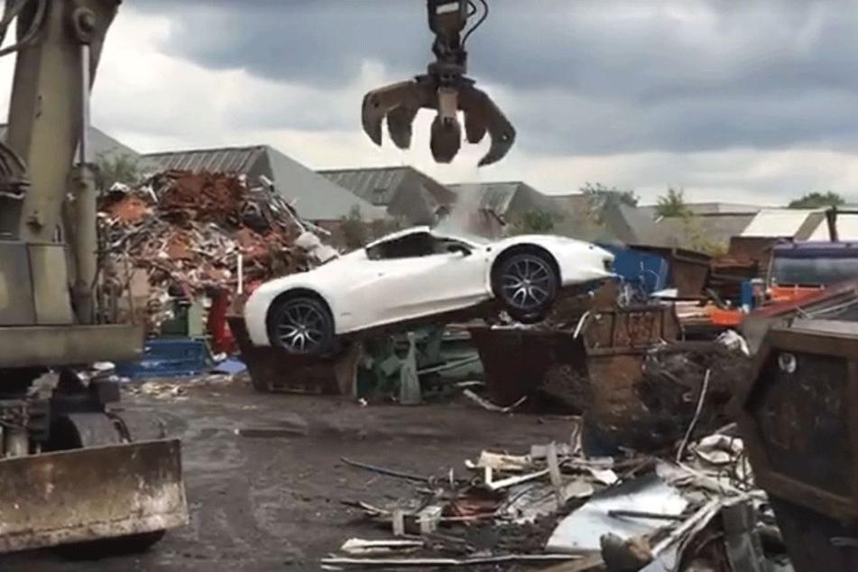 Aus mehreren Metern Höhe wurde der Ferrari unter anderem fallengelassen.