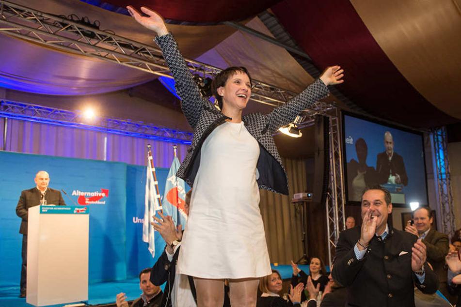 Frauke Petry (41, AfD) teilte bei ihrer Rede ordentlich gegen SPD-Kanzlerkandidat Schulz aus.