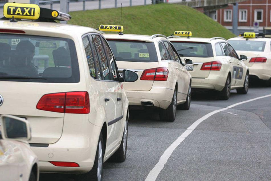 Der Taxi-Fahrer musste seinen Führerschein abgeben.