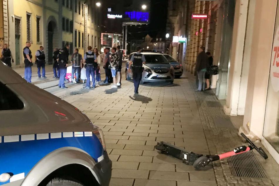 Mehrere Verletzte Polizisten, 2000 Euro Schaden: Kontrolle von E-Scooter-Fahrerin eskaliert