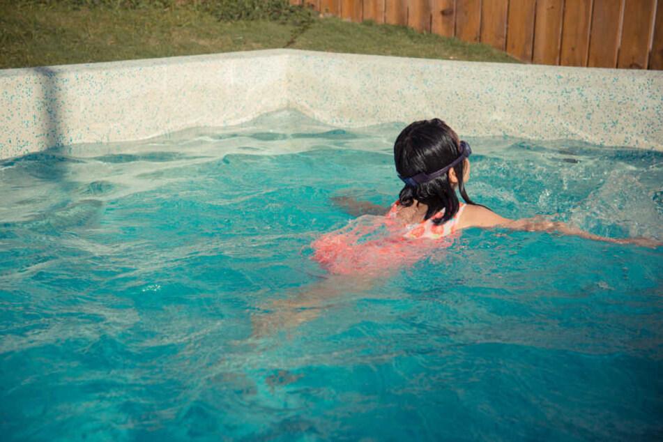 Die Zwölfjährige wartete gerade an einer Wasserrutsche, als sich der mutmaßliche Täter von hinten an sie heranpirschte (Symbolbild).