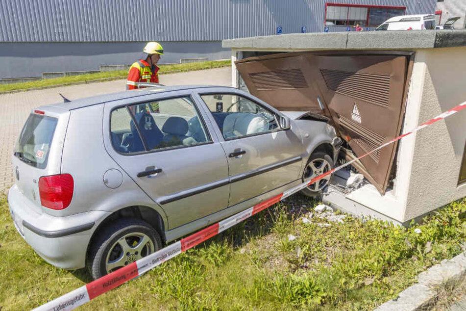 Stromschlag-Gefahr! VW kracht in Verteilerhaus
