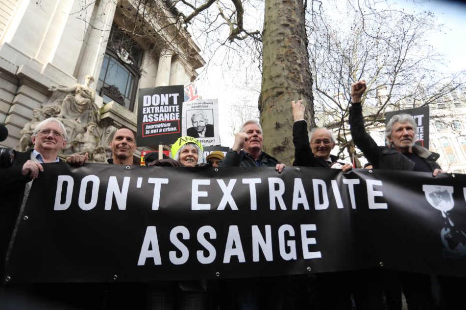 Anhänger des Wikileaks-Gründers Assange: Gianis Varoufakis (58, 2.v.l), Vivienne Westwood (78, m.), Assanges Vater Richard (2.v.r) und Roger Waters (76, r).