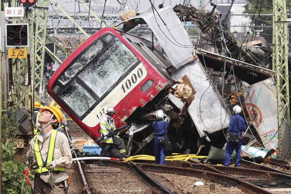 Zug knallt an Bahnübergang in Lkw: Ein Toter und mehr als 30 Verletzte