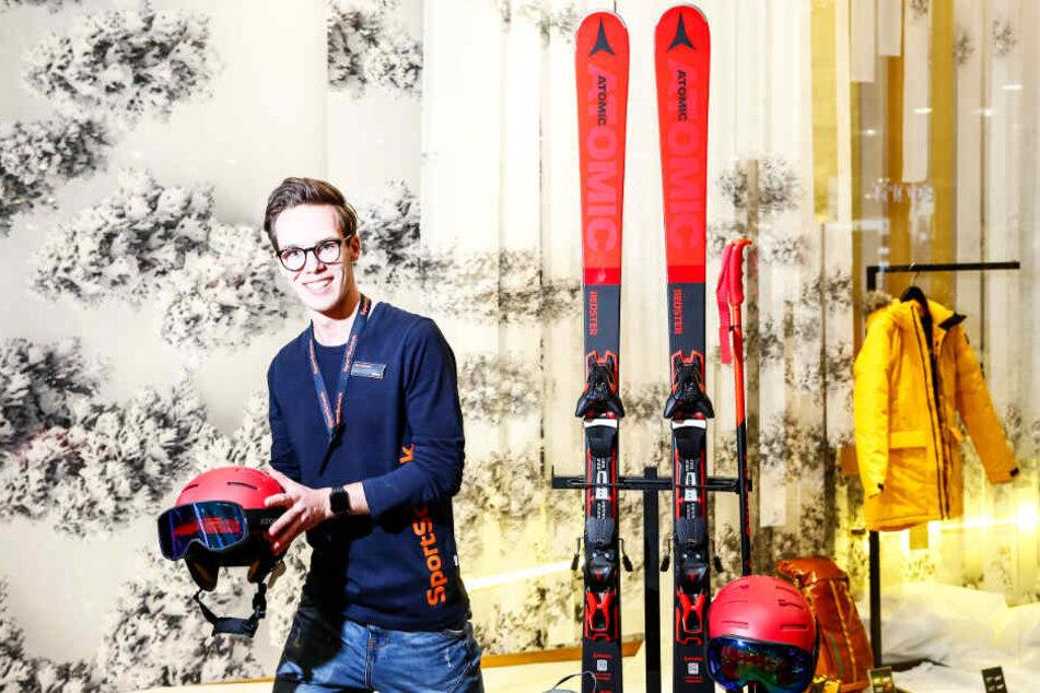 """Nicht nur bei den Wintersport-Artikeln von Verkäufer Ruben (19) heißt es im SportScheck """"Nimm drei, zahl zwei!""""."""