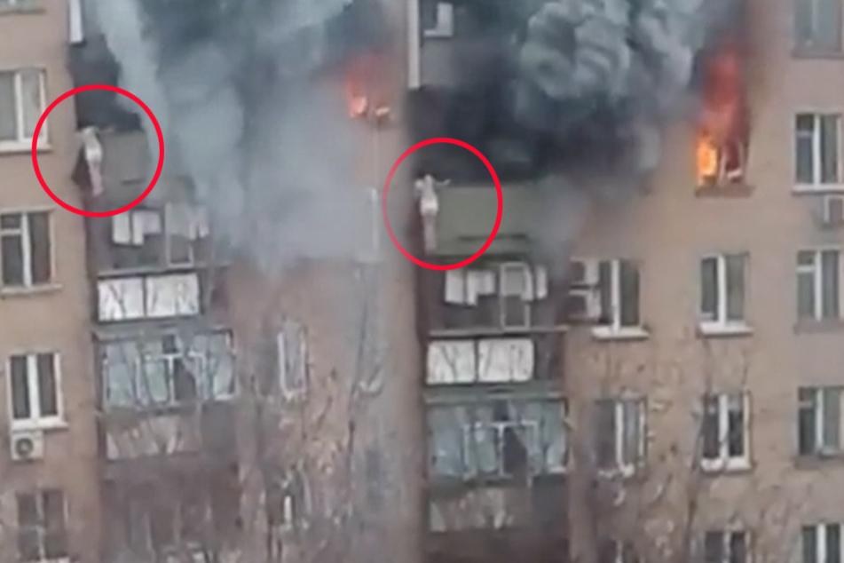 Die Frau hängt am Balkon im achten Stock und kann sich am Ende nur durch einen Sprung retten.