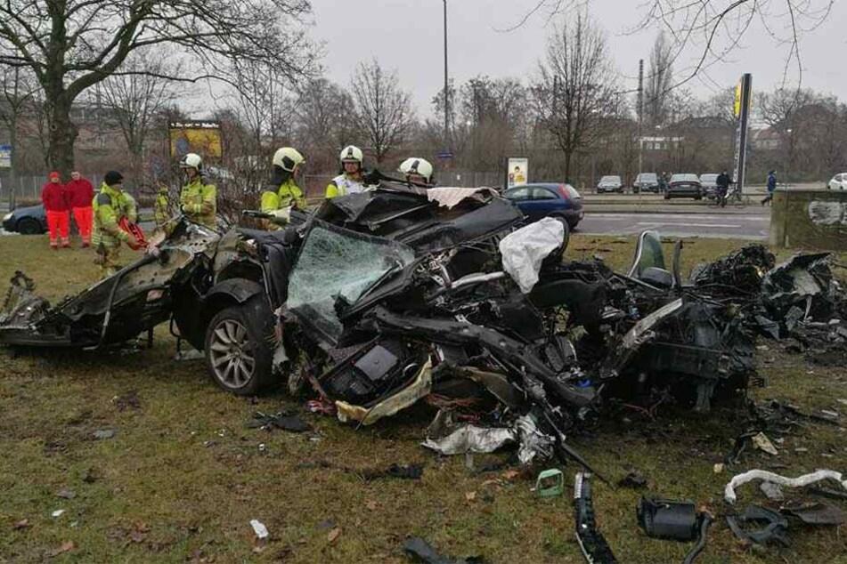 Das Auto wurde vollkommen zerstört, kaum noch zu erkennen, dass es mal ein BMW war.