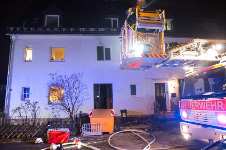 Die Wiesbadener Feuerwehr konnte den Brand löschen und belüftete anschließend die durch die starke Rauchentwicklung betroffenen Wohnungen.