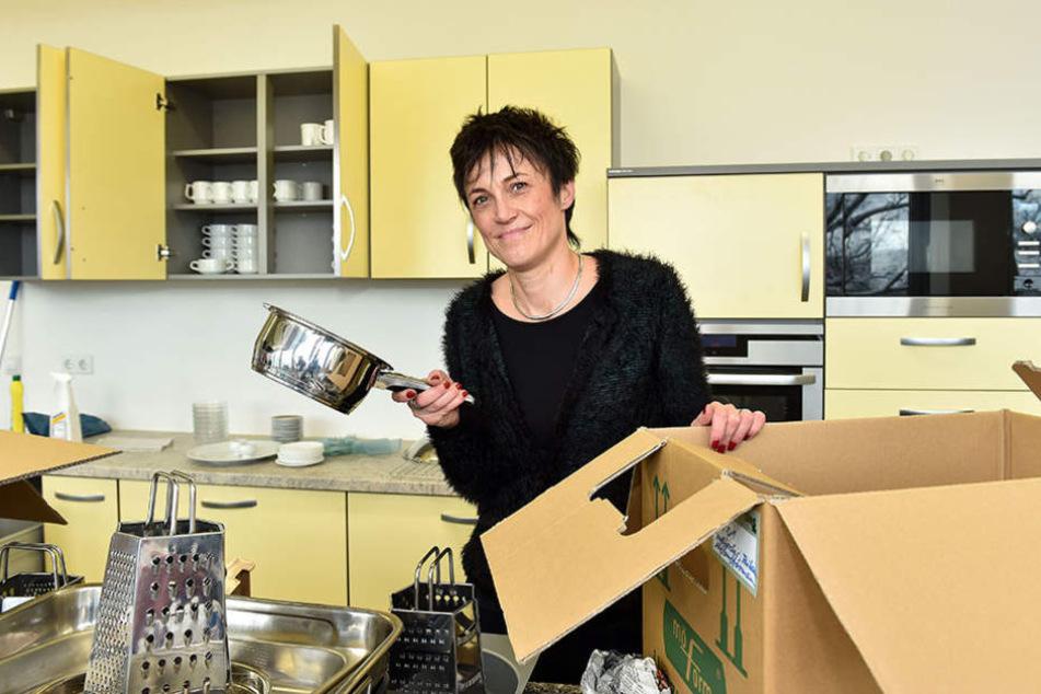 Anja Jäpel-Nestler packt noch ein paar Küchenutensilien aus.