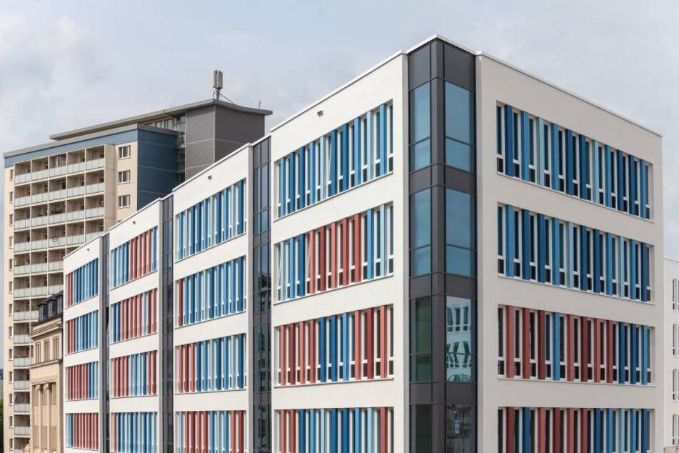 Die roten Fassadenelemente ziehen sich wellenartig über das neue Technische Rathaus.