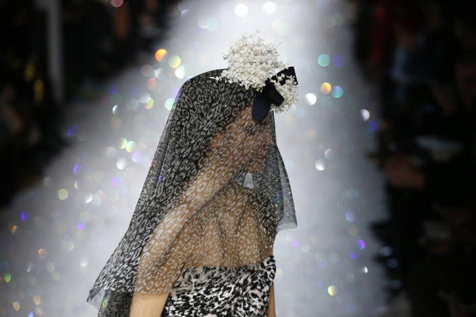 Die beiden Haute-Couture-Shows wurden am Dienstagmorgen im Pariser Grand Palais gezeigt.