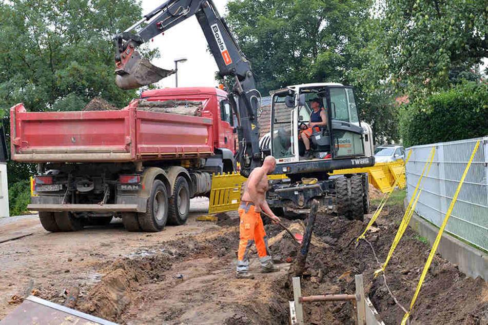 Bauarbeiter auf der Potschappler Straße: Bis Jahresende soll die Freital-Verbindung fertig sein.