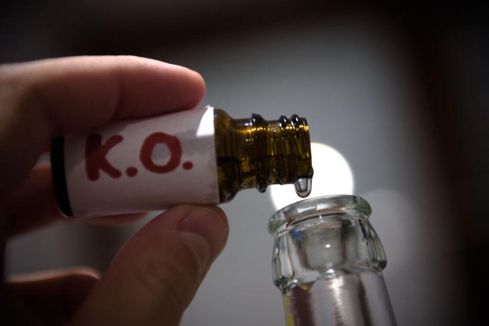 Ein Unbekannter hat K.o.-Tropfen in unbeaufsichtigte Gläser in einer Diskothek geschüttet. (Symbolbild)