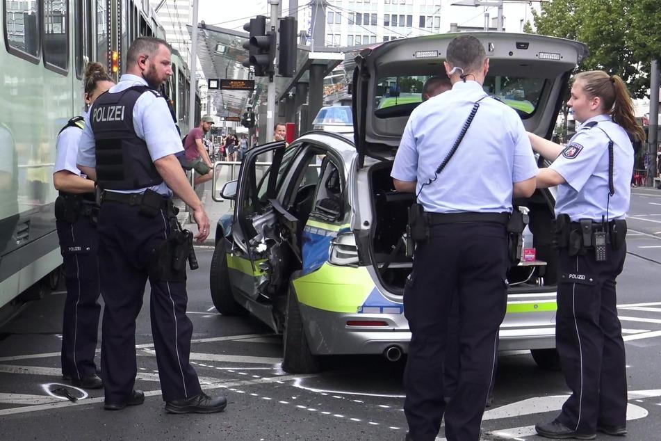 Polizisten untersuchen den Unfall zwischen dem Polizeiauto und der Straßenbahn am Bertha-von-Suttner-Platz in Bonn.