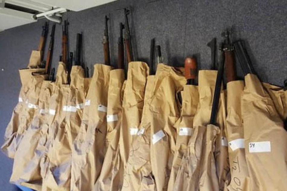 Die Beamten stellten 114 Schusswaffen sicher.