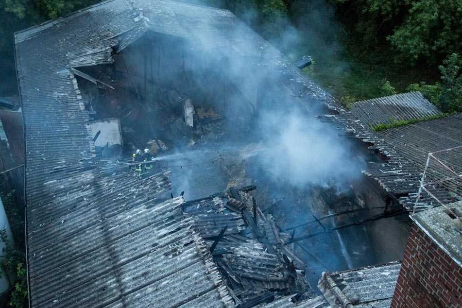 Die mit Heu gefüllte Scheune brannte gänzlich aus.