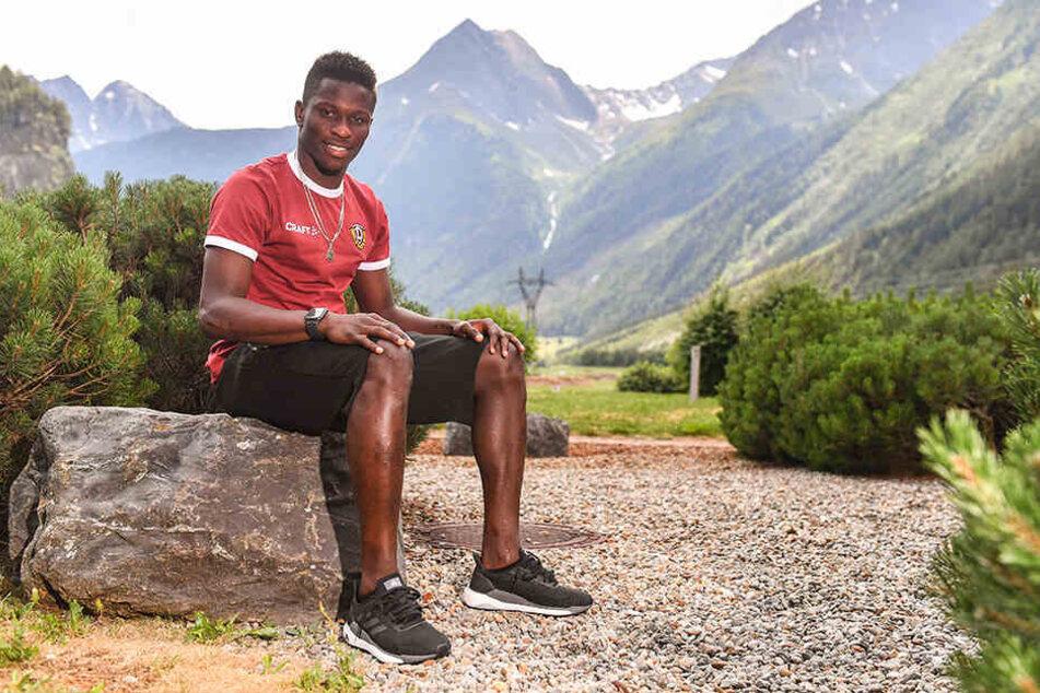 Ganz entspannt: Moussa Koné genießt die Landschaft im Ötztal - zumindest in der Freizeit. Der Senegalese hat versprochen, bei Dynamo zu bleiben.