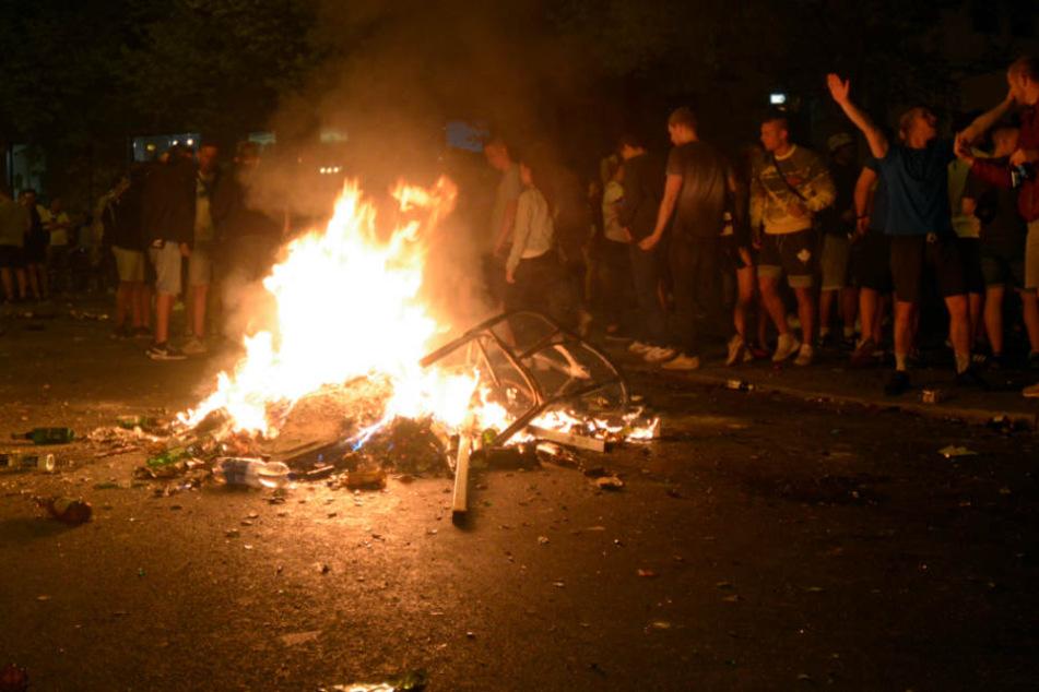 Als die Feuerwehrleute diesen Brand löschen wollte, wurden sie von den Chaoten angegriffen.
