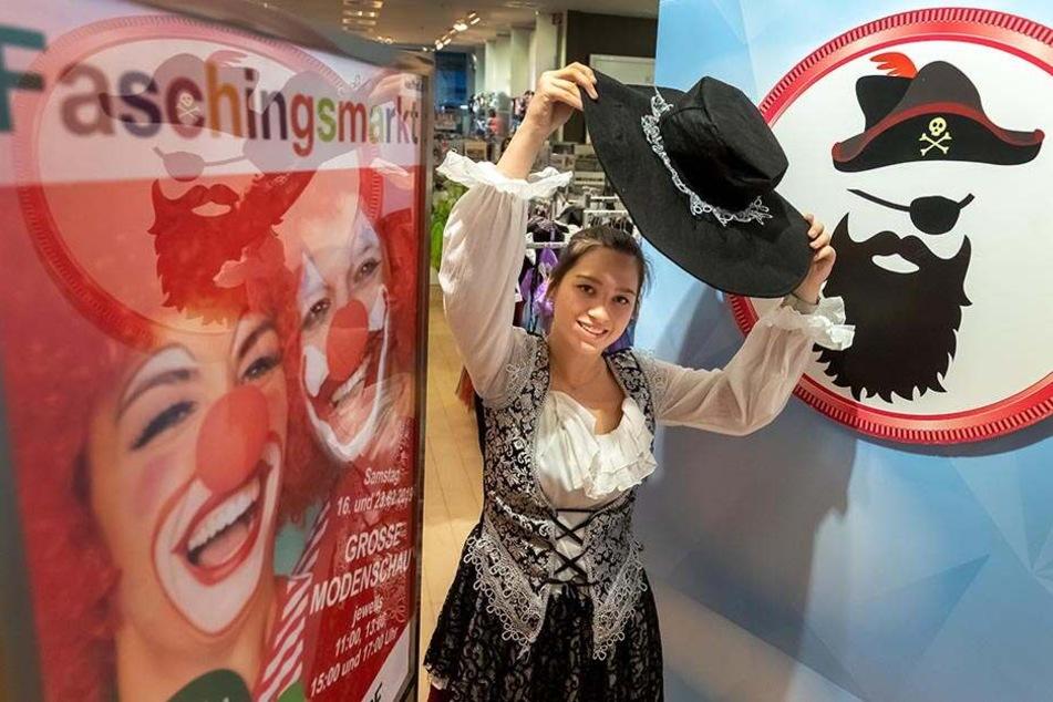 Kaufhof-Mitarbeiterin Sophie Loos (20) hat sich als Piratenbraut verkleidet.