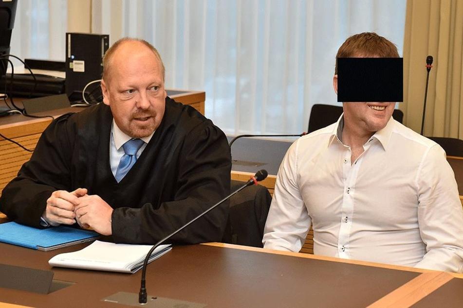 Grinsend saß der Ex-Asylheim-Chef Hartmut B. (39) am Freitag auf der Anklagebank.