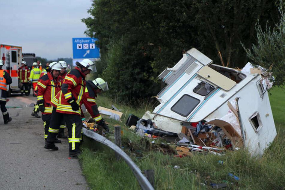 Der Wohnwagen kam von der Fahrbahn ab und wurde komplett zerstört.