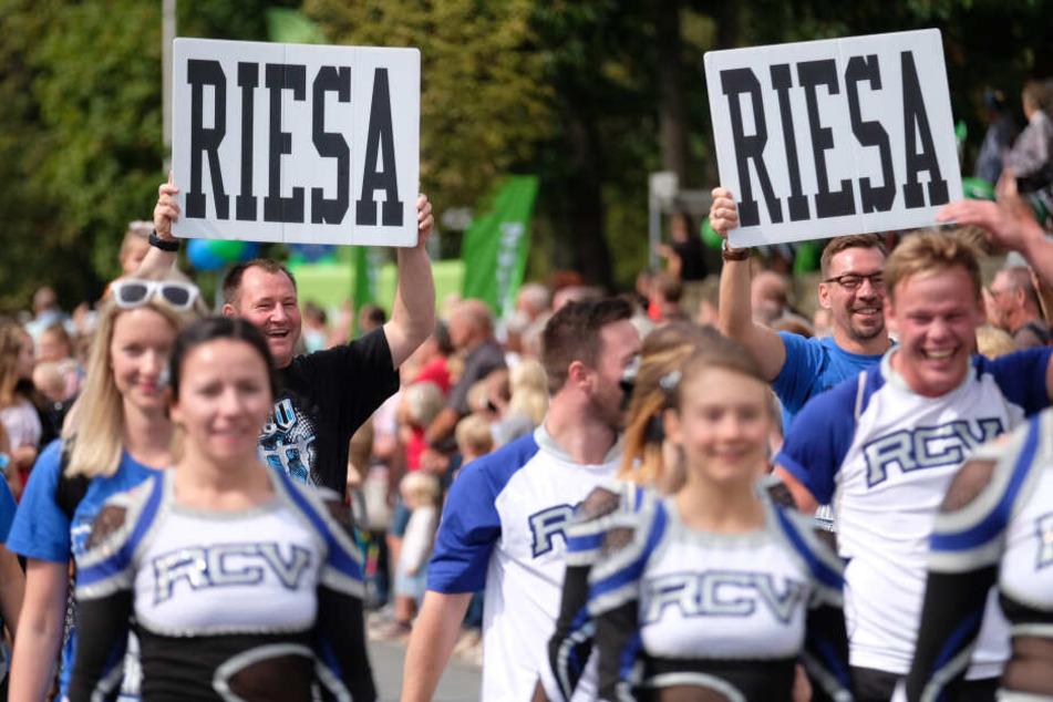 """Damit es alle noch mal sehen, wo Sachsens größtes Volksfest stattfand, hielten diese Umzugsteilnehmer """"Riesa""""-Schilder in den Händen."""