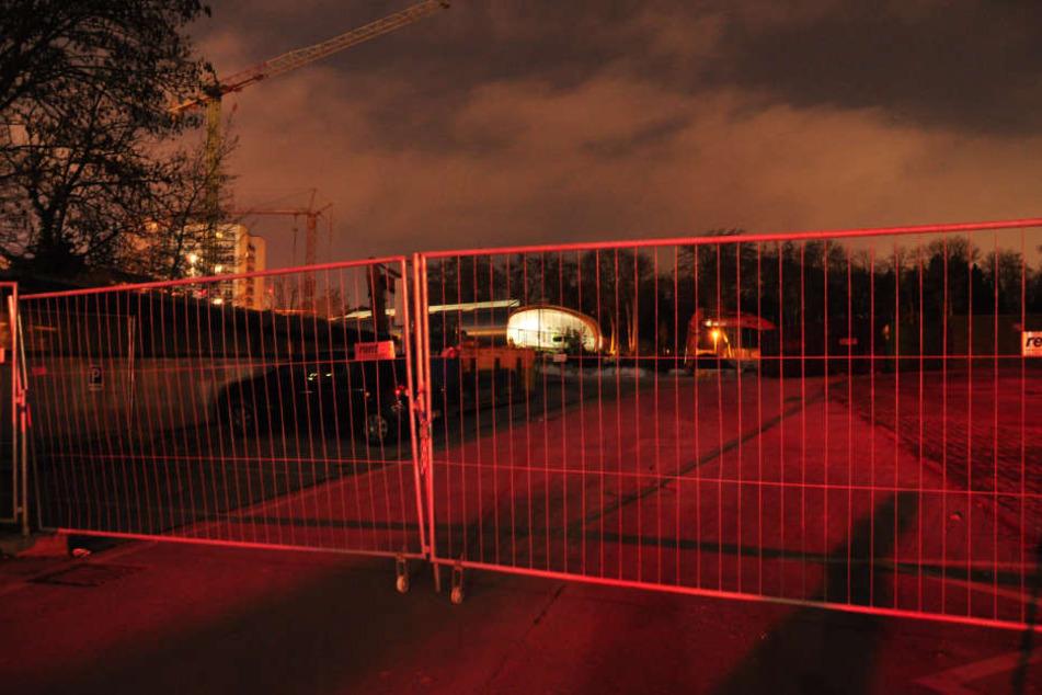 """Ein Betroffener schilderte, dass Autos mit Hilfe eines Schlosses am Zaun quasi """"eingesperrt"""" werden."""