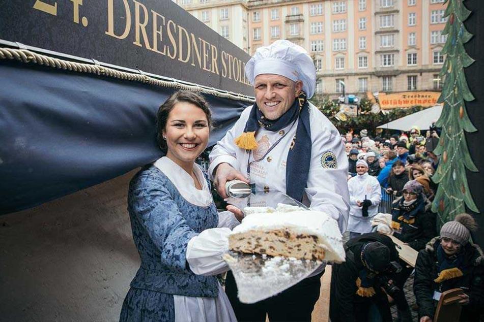 Das aktuelle Stollenmädchen Hanna Haubold und Bäckermeister René Krause schnitten den Riesenstollen an.
