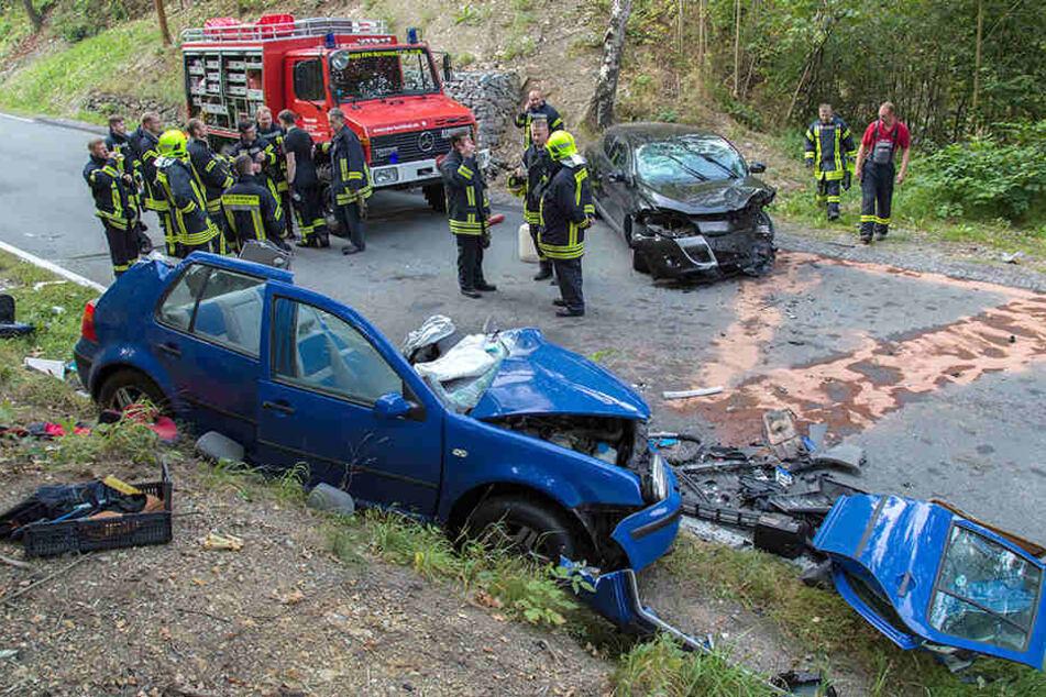 Die Unfallstelle zeigt, wie heftig der Frontalcrash war.