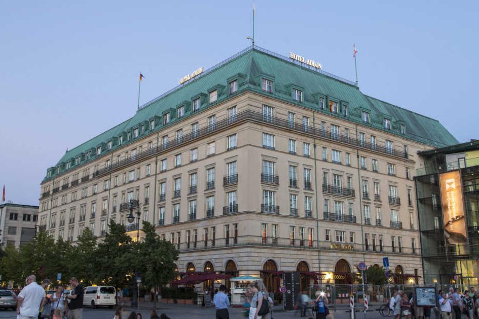 Kurz nach 18.30 Uhr trifft Obama am Hotel Adlon am Brandenburger Tor ein, wo er eine Suite bewohnt.