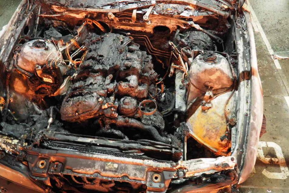 Der vordere Teil des Autos wurde durch die Flammen zerstört.