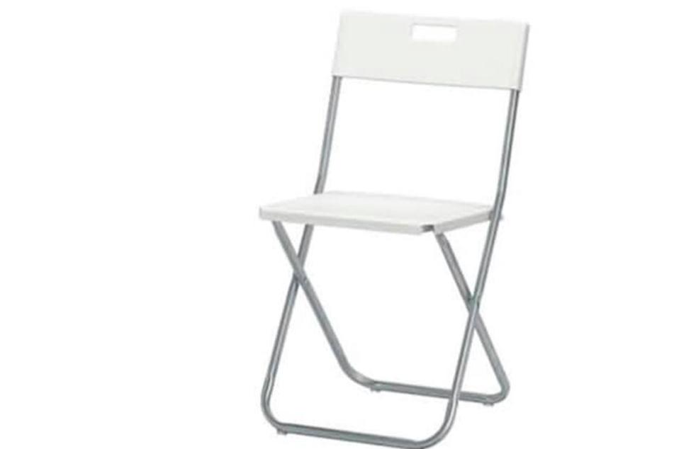 So ein Stuhl quetschte den Finger des Kindes ein.