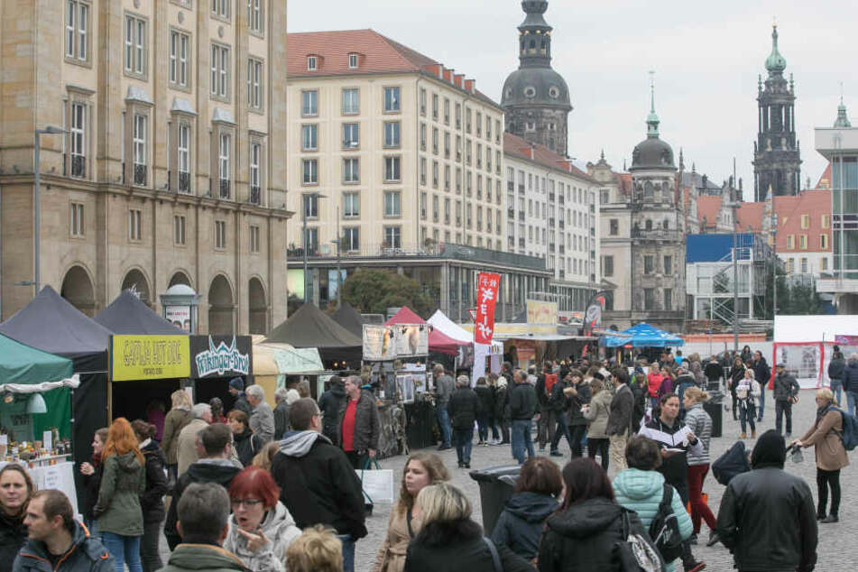 Hier gibt's kleine, feine Speisen und Getränke auf die Hand: Bis Sonntag  läuft Dresdens 1. Streetfood-Festival auf dem Altmarkt.